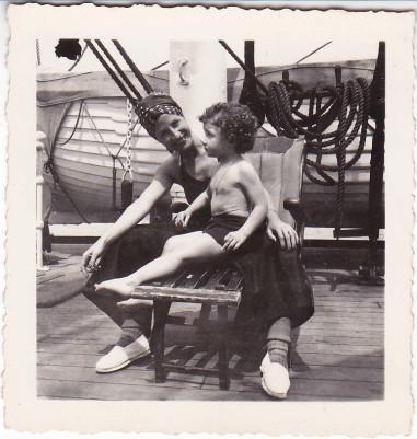 Carmen Sacristán, madre de Angelina, y Angelina, en 1939, en el barco Oropesa, en pleno exilio, de Francia a Cuba.