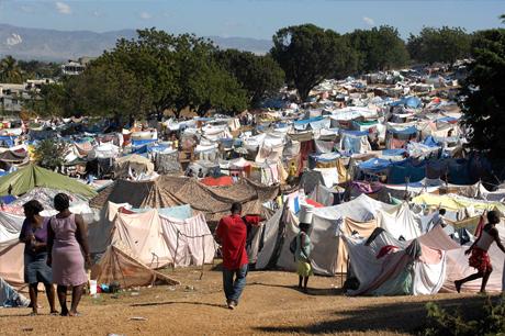 Port-au-Prince, Haiti, campamento de damnificados.  Fotografía por Fred W. Baker III.