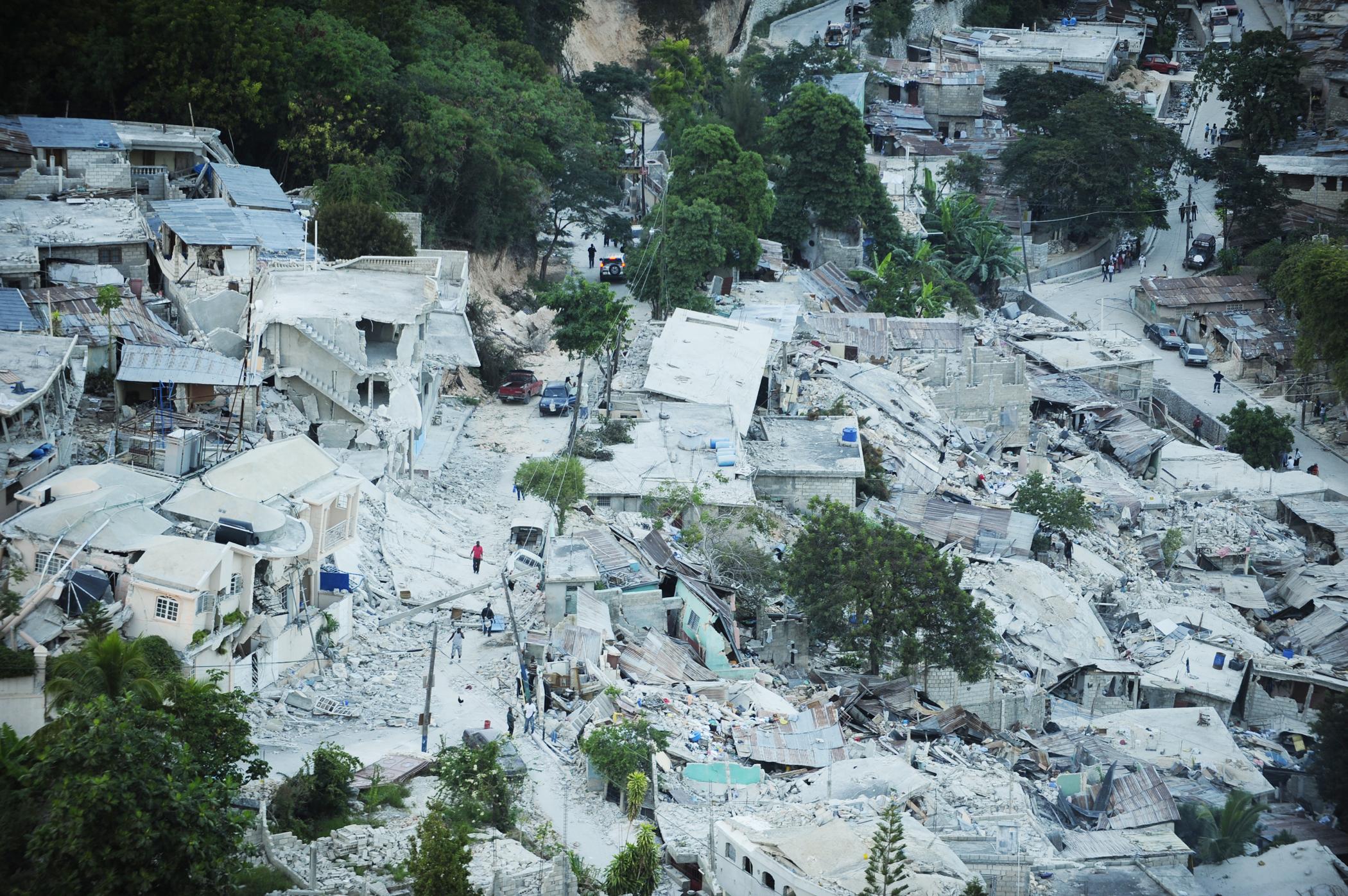Imagen de Port-au-Princ, Haití tomada en Enero. 15, 2010 después de un terremoto de magnitud 7 que azotó la ciudad el 12 de enero. Fotografía por James L. Harper Jr.