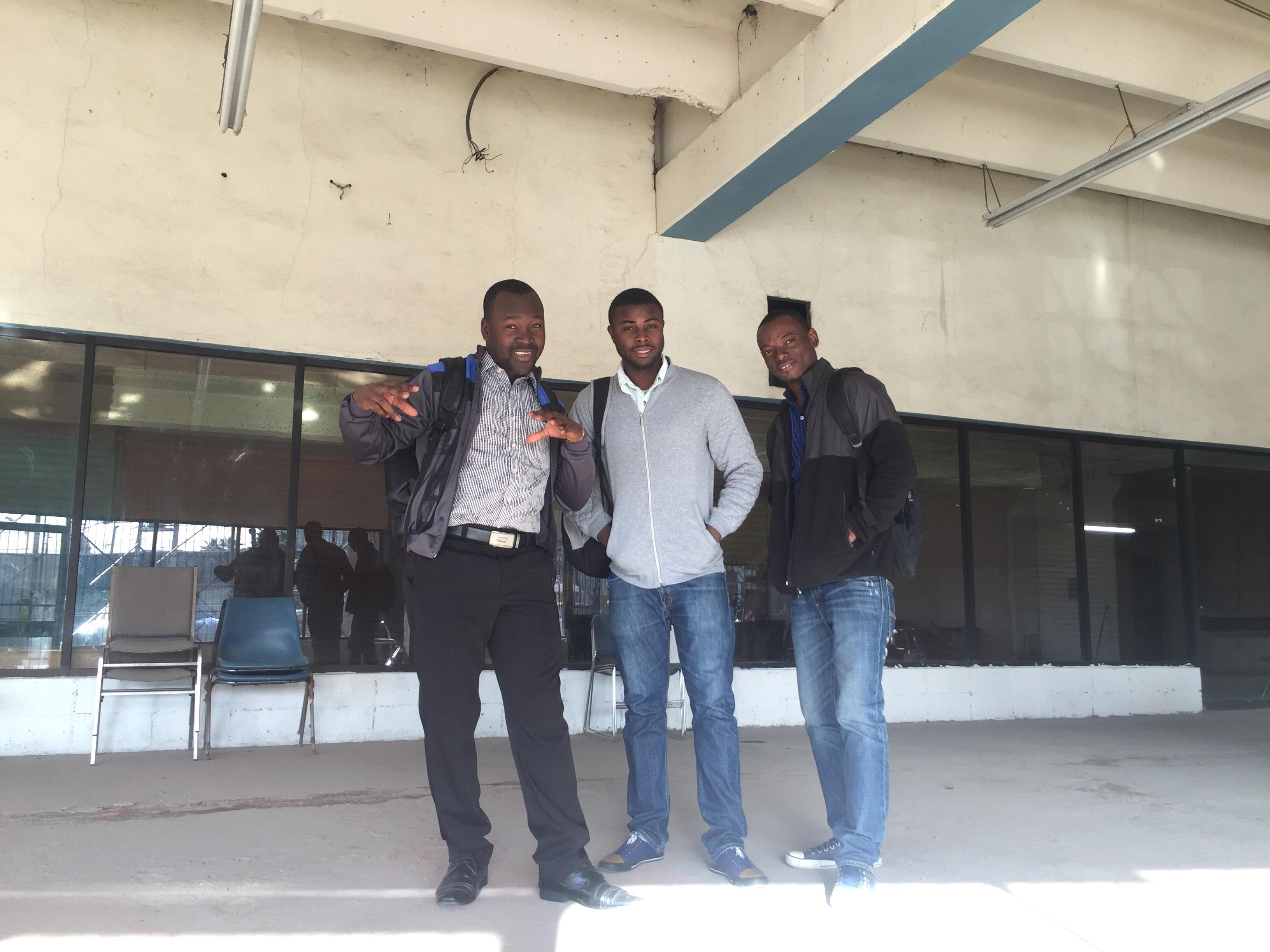 Tras su regreso a Tijuana, Wisly se reúne con sus compañeros de la mesa de trabajo en donde darán las clases y asesoría legal a migrantes. Fotografía por Flor Cervantes