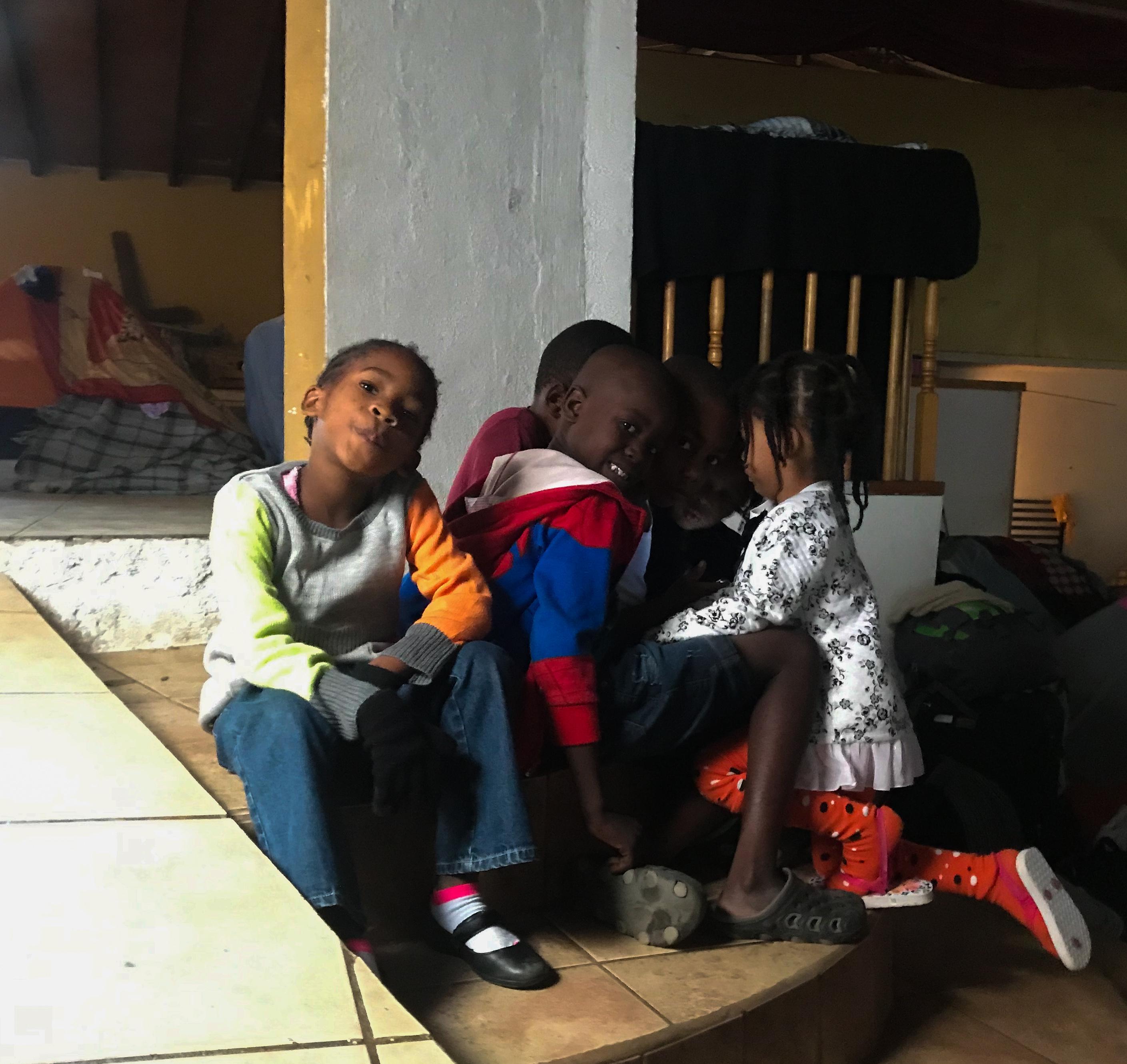 Después de la comida, los niños veían una caricatura en el celular de uno de sus mamás.