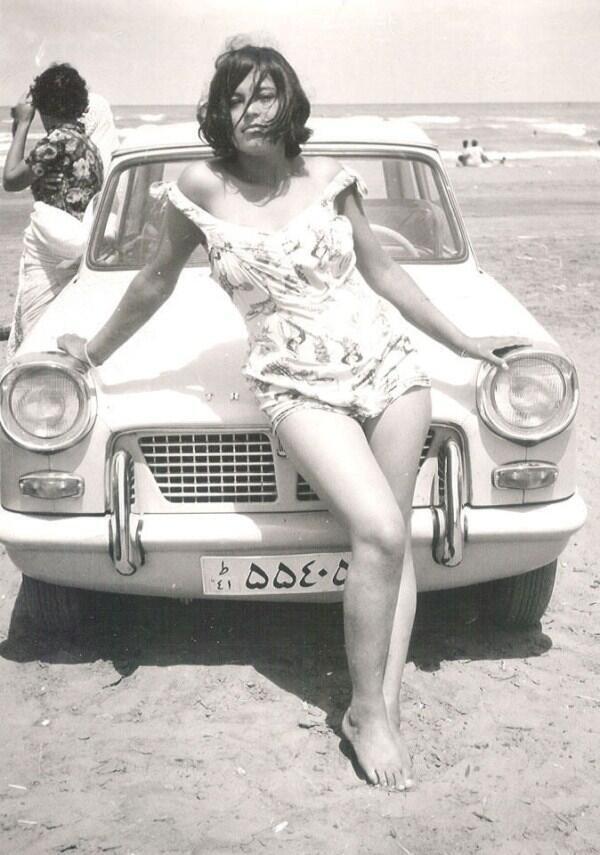 Mujer iraní posa frente a su coche, autor desconocido, ca. 1960