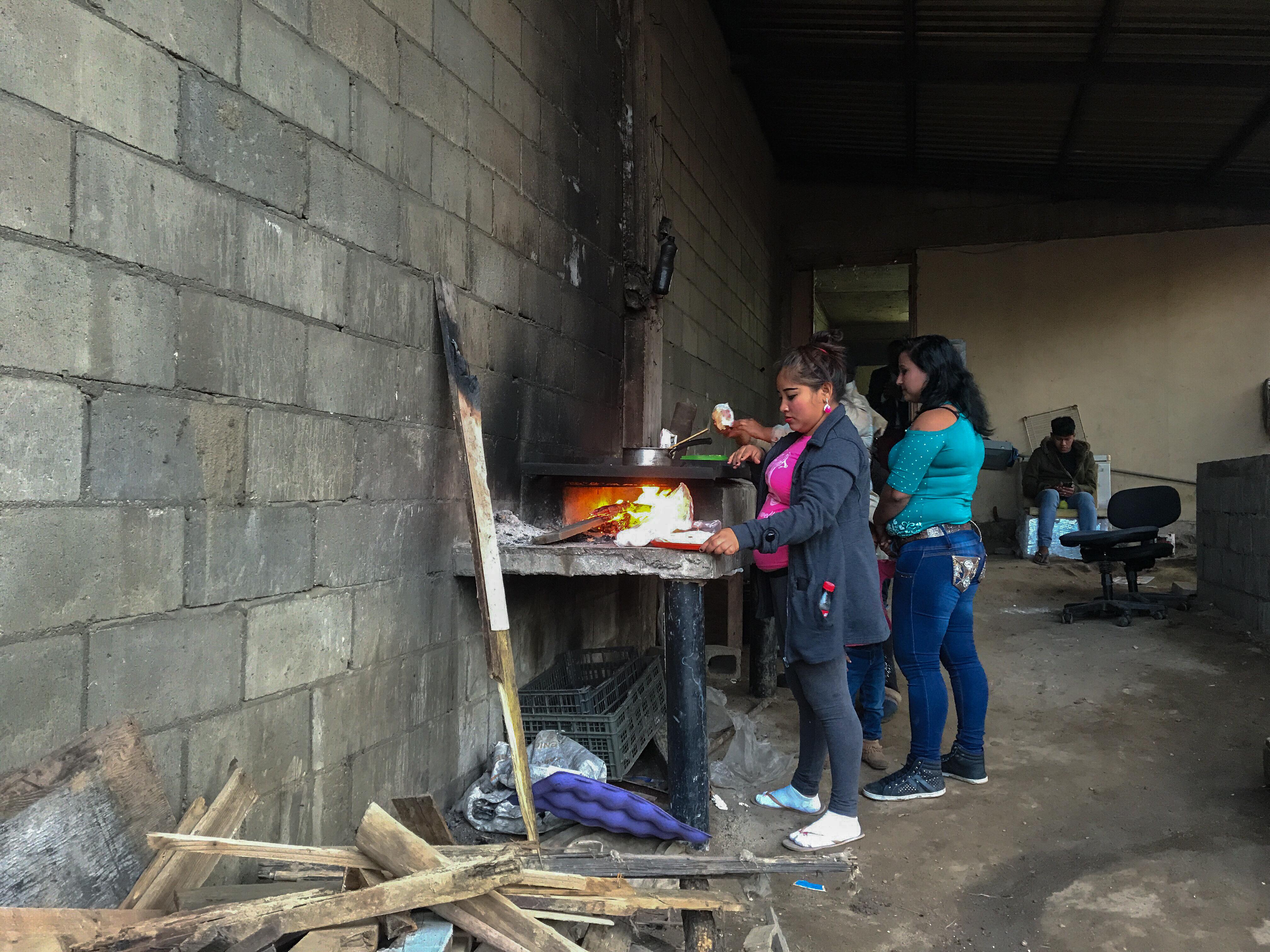 Mujeres cocinan en una cochera improvisada del templo. Fotografía por Flor Cervantes.
