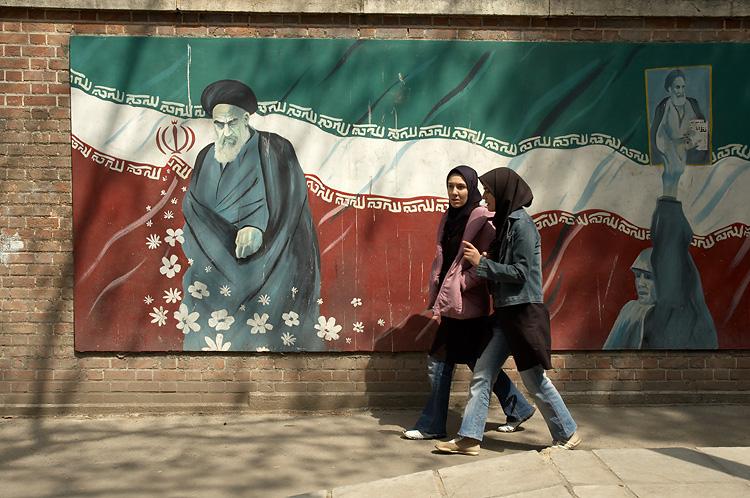 Foto de Kamyar Adl, afueras de la ex-embajada estadounidense en Tehran