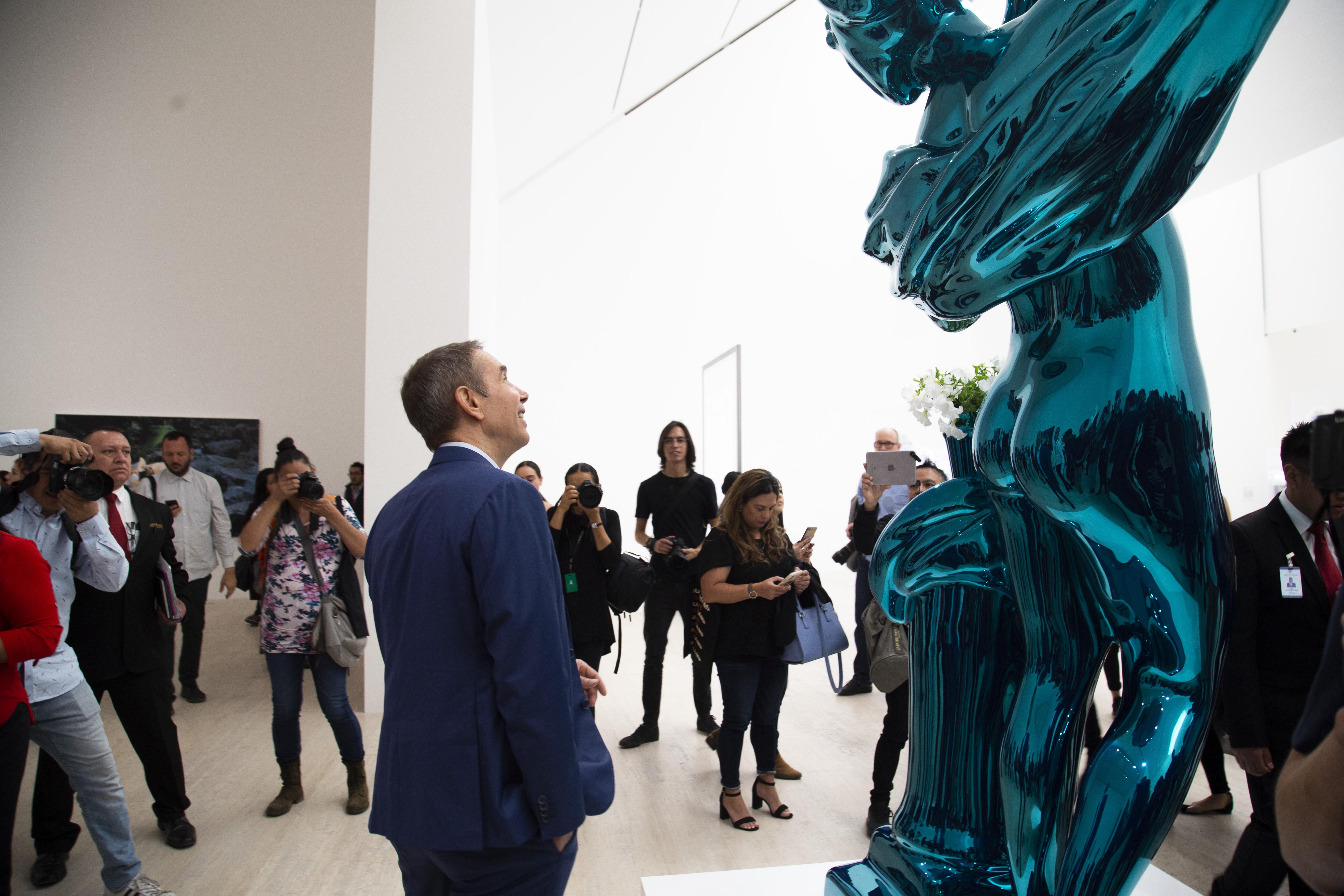 Jeff Koons frente a Metallic Venus. Fotografía de Nigorette.