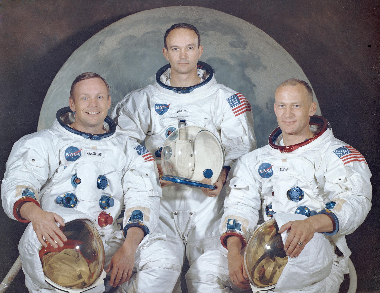"Retrato oficial de la tripulación del Apolo 11. De izquierda a derecha se encuentran: Neil A. Armstrong, comandante; Michael Collins, piloto del modulo; Edwin E. ""Buzz"" Aldrin, piloto del modulo lunar."