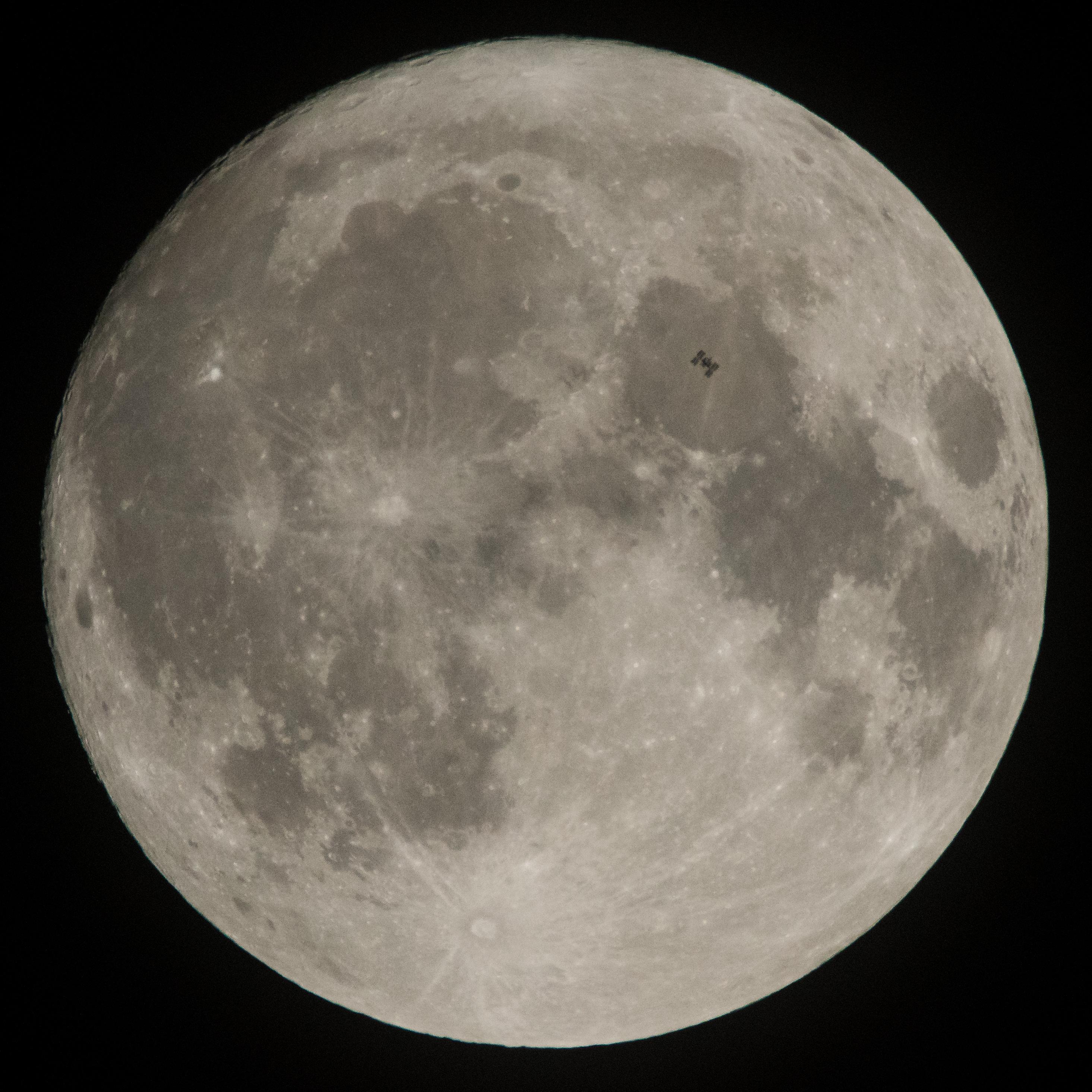 La silueta de la Estación Espacial Internacional se observa mientras transita la luna el 2 de diciembre de 2017. Imagen de NASA.