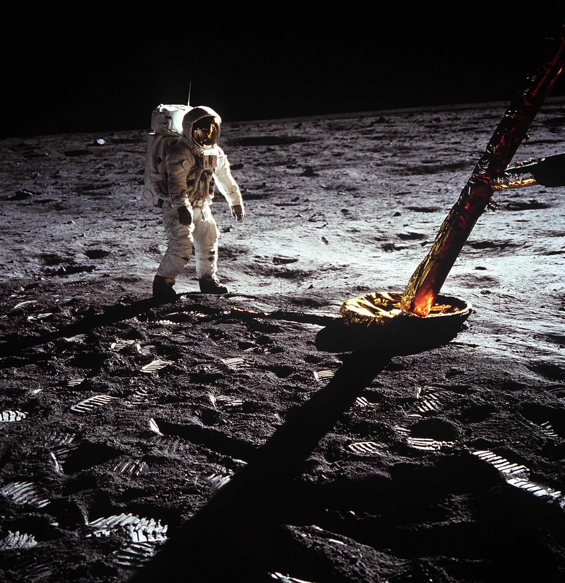 El astronauta Edwin E. Aldrin Jr., piloto del módulo lunar, camina en la superficie de la luna cerca de una de las patas del modulo lunar durante la actividad extravehicular de la misión Apollo 11. Foto de la NASA.