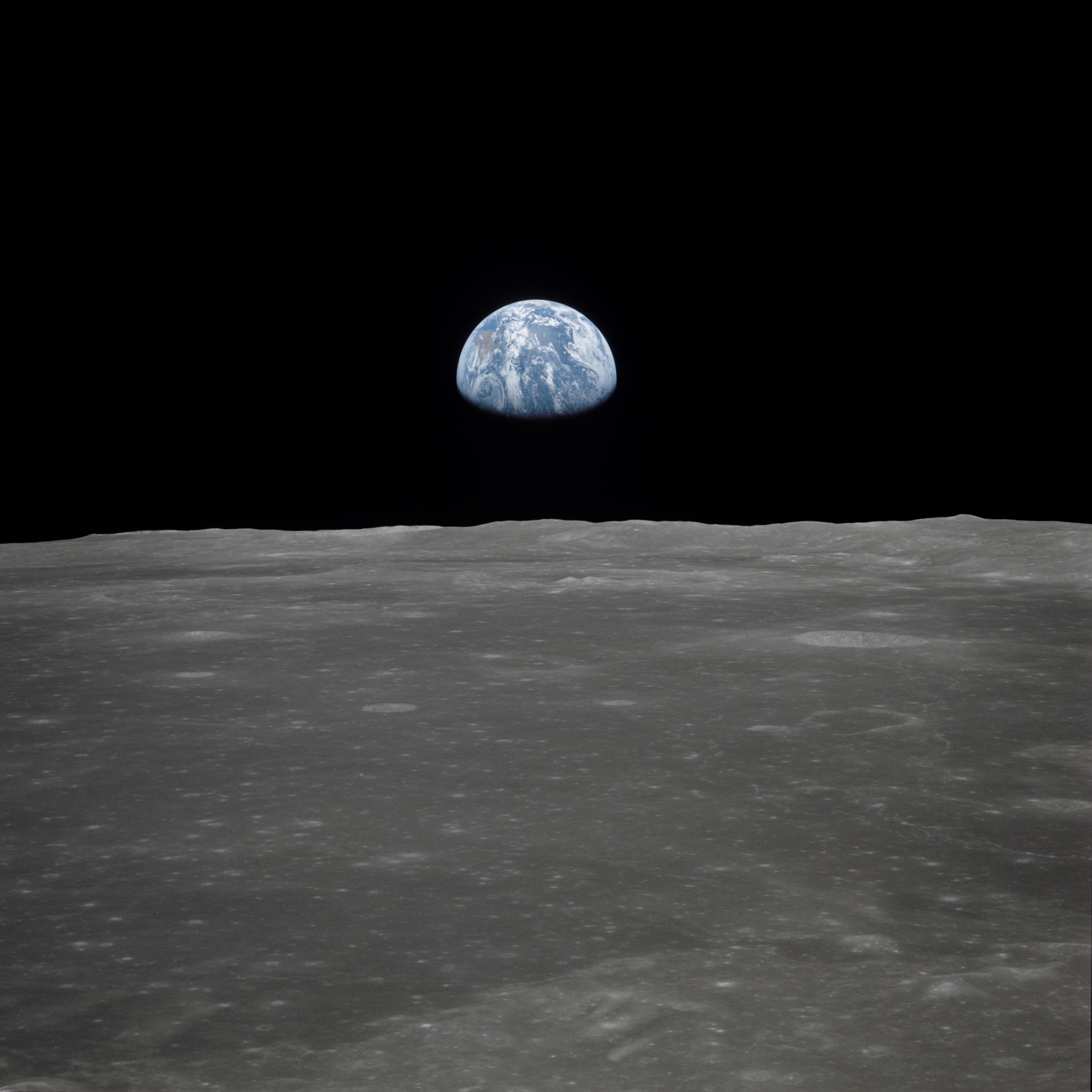 La tierra vista en el horizonte desde la luna. Fotografía de la NASA.