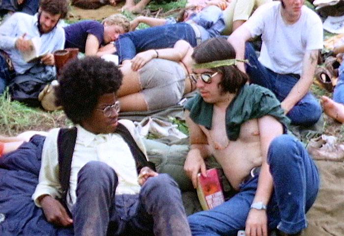 Foto extraída de Wikimedia Commons. Dos hippies en el festival de Woodstock, tomada por Derek Redmond and Paul Campbell.