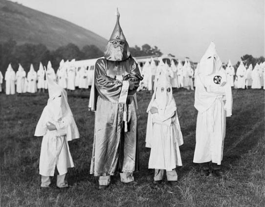 Tres niños usando las túnicas del KKK durante una ceremonia, Flickr