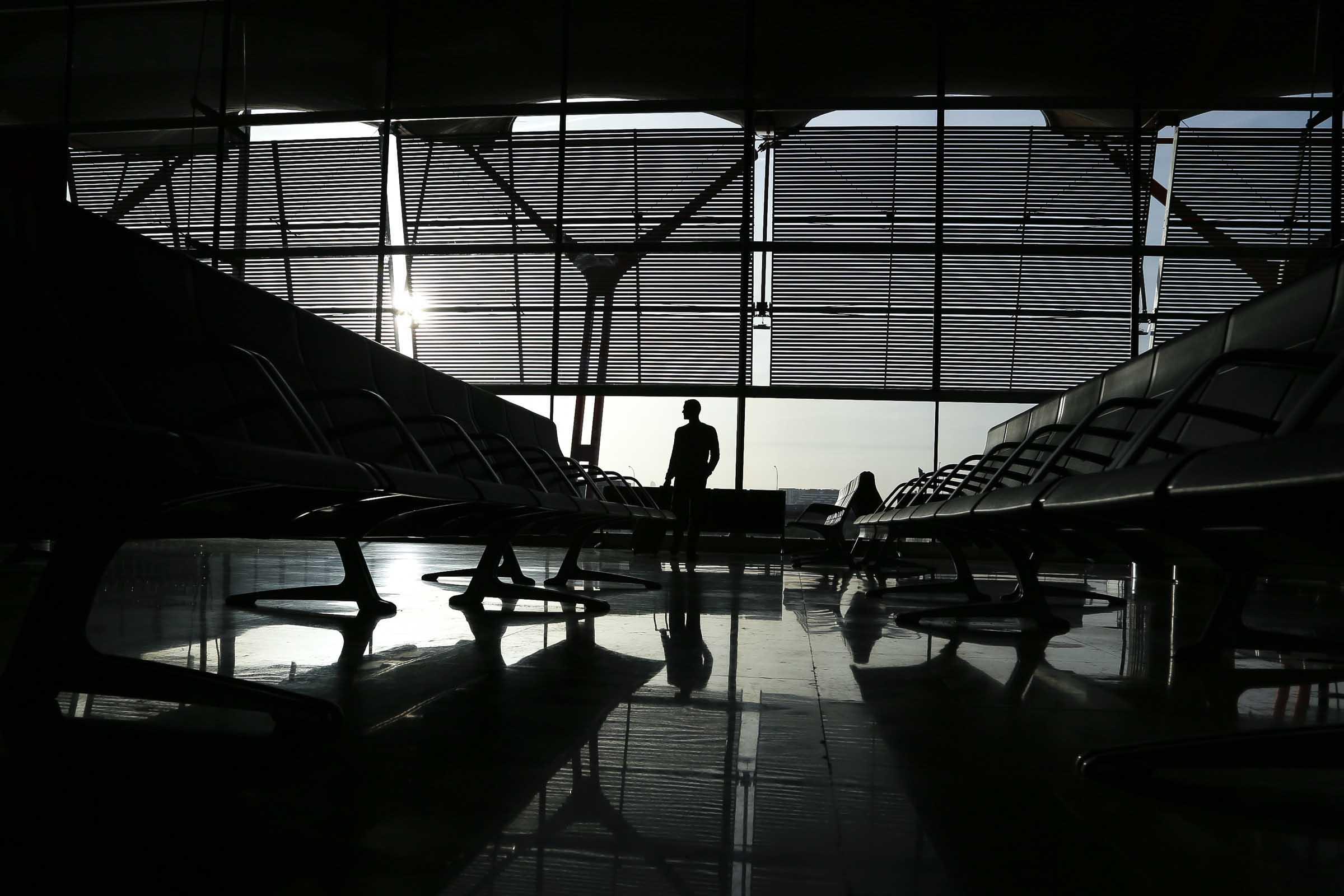 Un hombre espera en el aeropuerto de Madrid. Foto por José Luna.