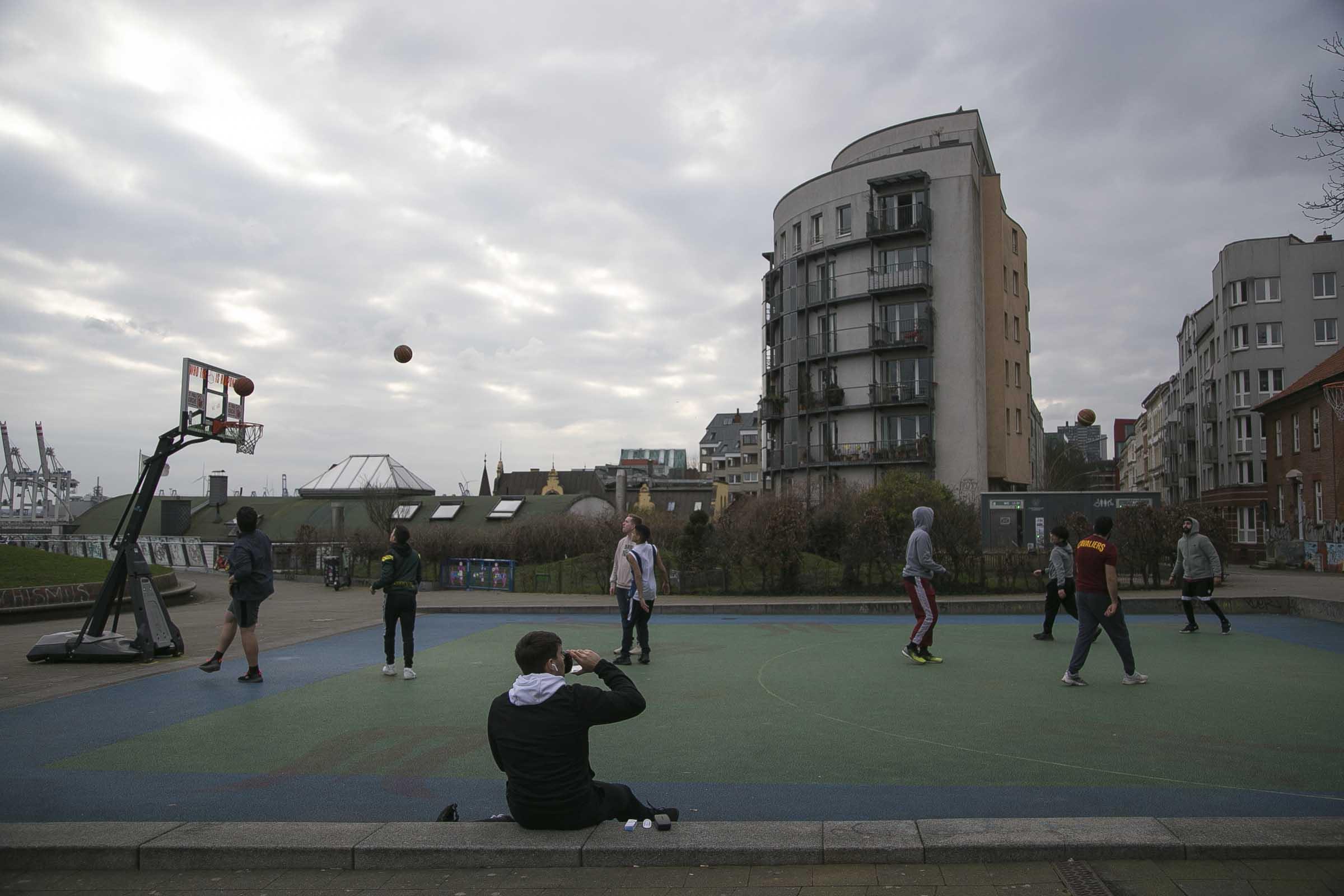 Jóvenes juegan basquetbol en el parque de Sant Pauli en la ciudad de Hamburgo.  Foto por José Luna.
