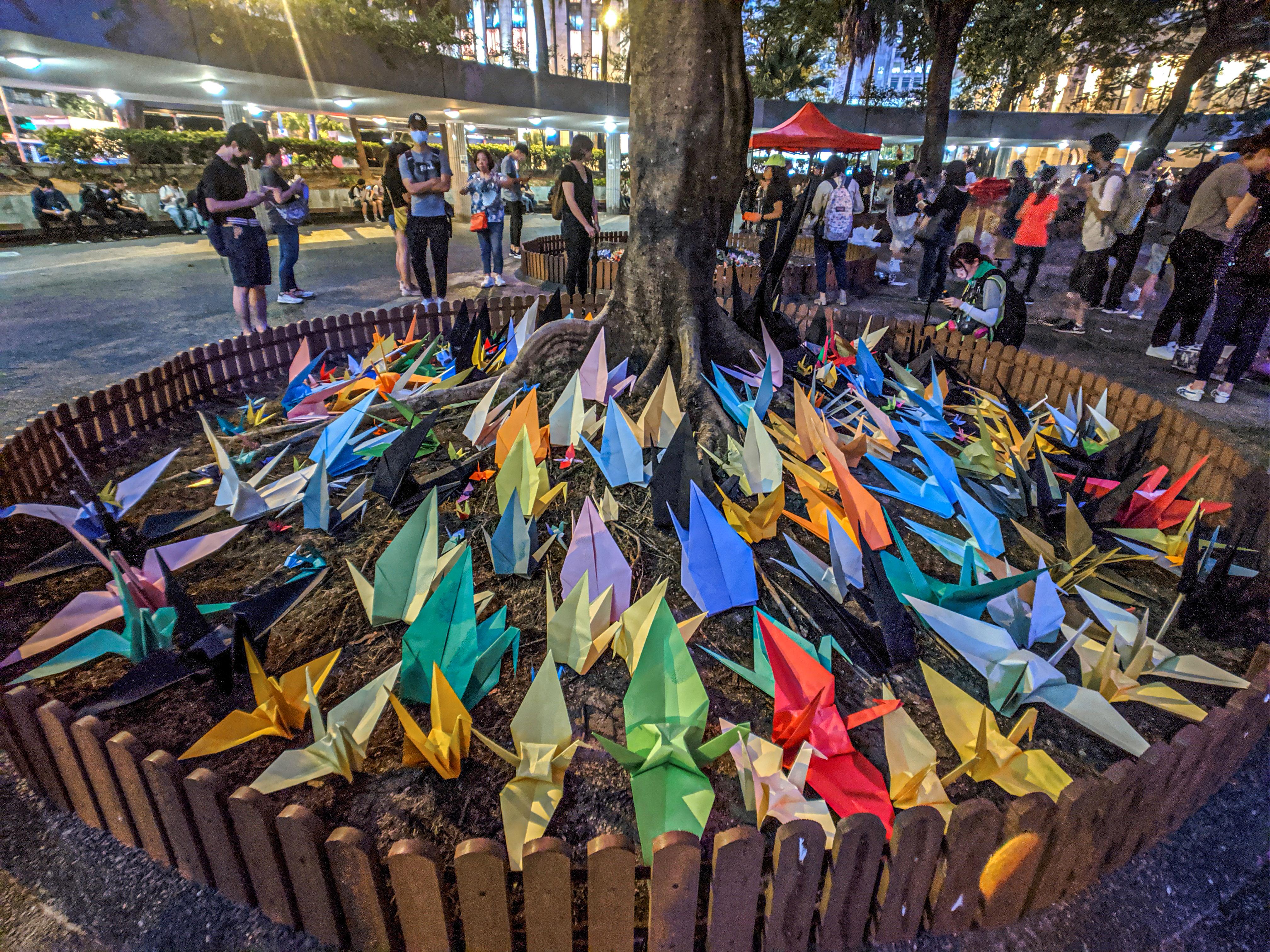 Grullas de origami en Hong Kong. Wikimedia commons.