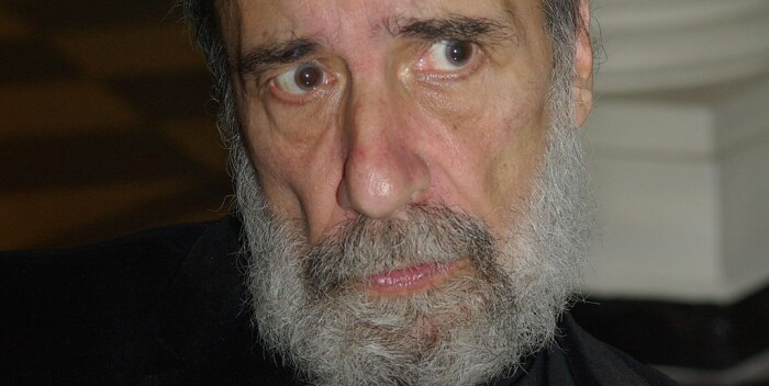 Rodrigo Fernández, El poeta Raúl Zurita; presentación del libro Íntegra de Gonzalo Rojas en la Biblioteca Nacional de Santiago, 25 de abril de 2013, Wikimedia Commons.