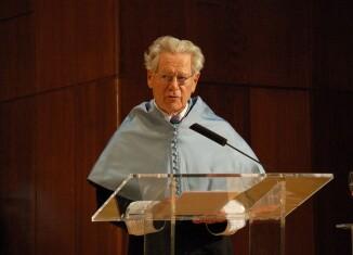 Hans Küng investido Doctor Honoris Causa en la Universidad Nacional de Educación a Distancia (UNED), 2011, Wikimedia Commons.